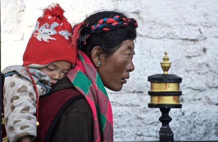 A Buddhist disciple pilgrimages at the Jokhang Temple in Lhasa, capital of Tibet May 19, 2015, during the Saka Dawa Festival to commemorate the birth, enlightenment and death of Sakyamuni. (Photo courtesy: Xinhua/Purbu Zhaxi)