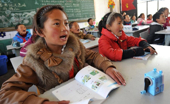 Third-grade students attend class at Nachitang Primary School in Jiantang Town of Shangri-la County. (Photo courtesy: Xinhua)