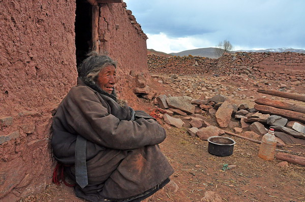 Old Tibetan women living in extreme poverty in Tibet. (Photo courtesy: traveltibet)