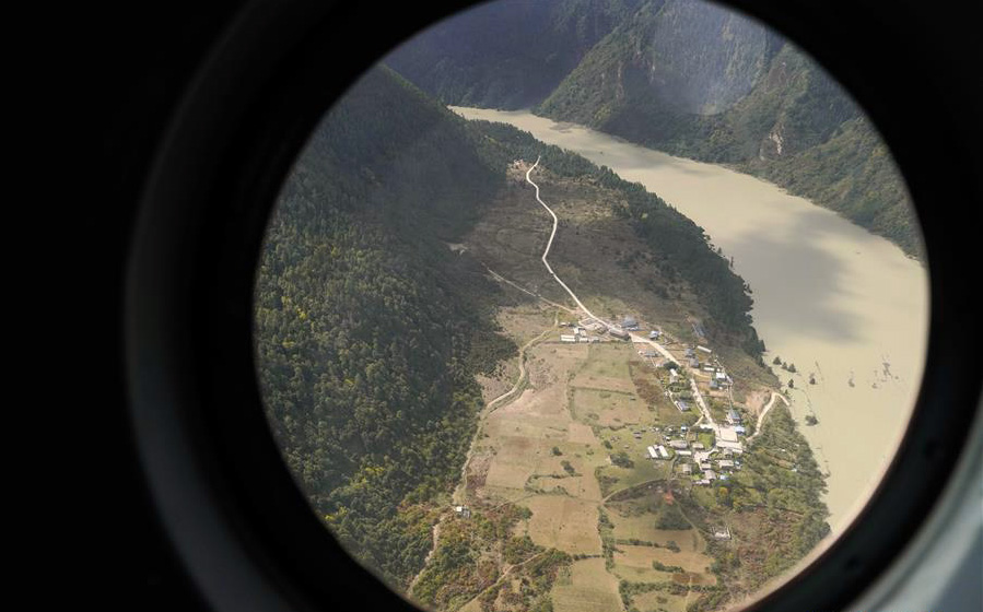 More than 6,000 residents have been evacuated as another barrier lake formed in Tibet as a result of landslide, near a village in Menling County of Nyingtri City along the Yarlung Tsangpo river.  Aerial Photo taken on Oct 18, 2018. (Photo courtesy: Xinhua/Phurbu)