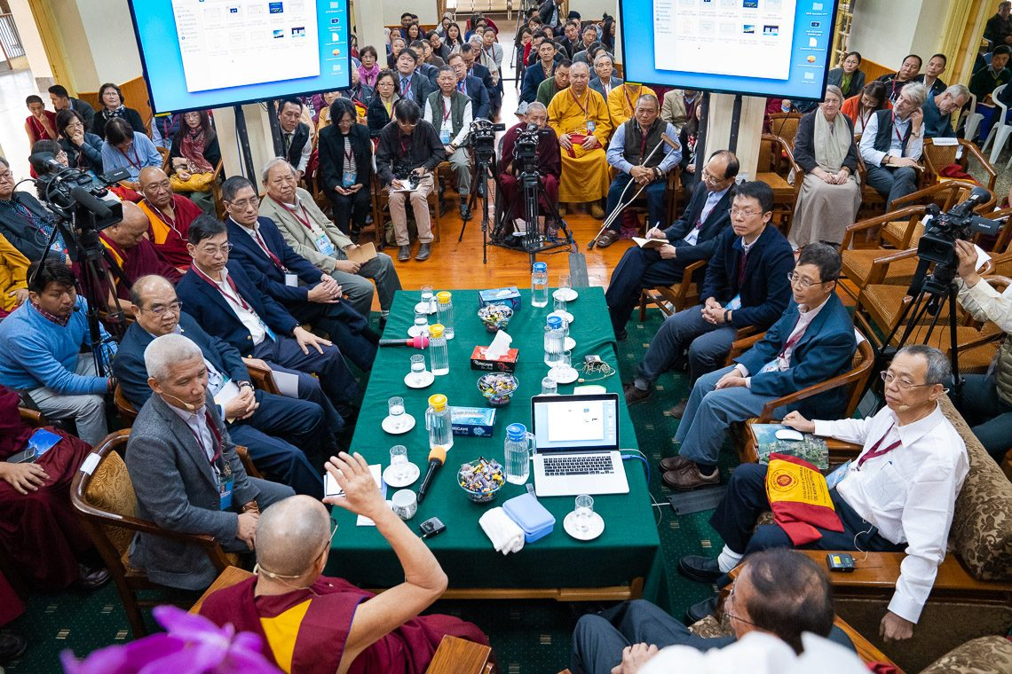 Dalai Lama in first discussion with Chinese scientists