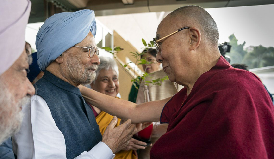 Former Prime Minister of India Dr Manmohan Singh welcomes His Holiness the Dalai Lama to the inaugural event of celebrations of Guru Nanak's birth at Bhai Vir Singh Sahitya Sadan in New Delhi on Nov 10, 2018  (Photo courtesy: OHHDL/Tenzin Choejor)