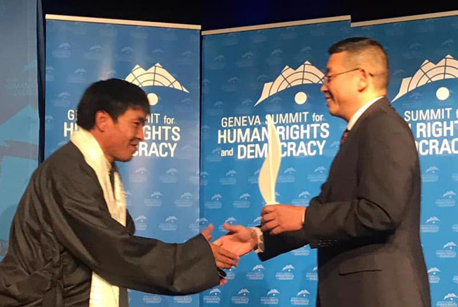 Int'l rights coalition presents its 2019 courage award to formerly jailed Tibetan filmmaker