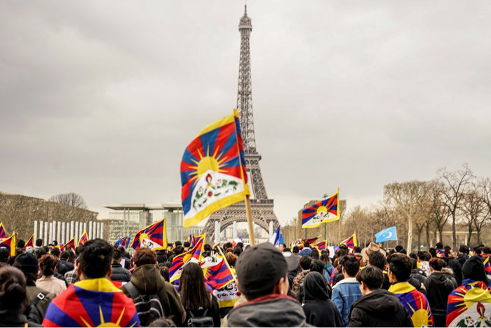 President Xi greeted with Tibetan protest rally in Paris