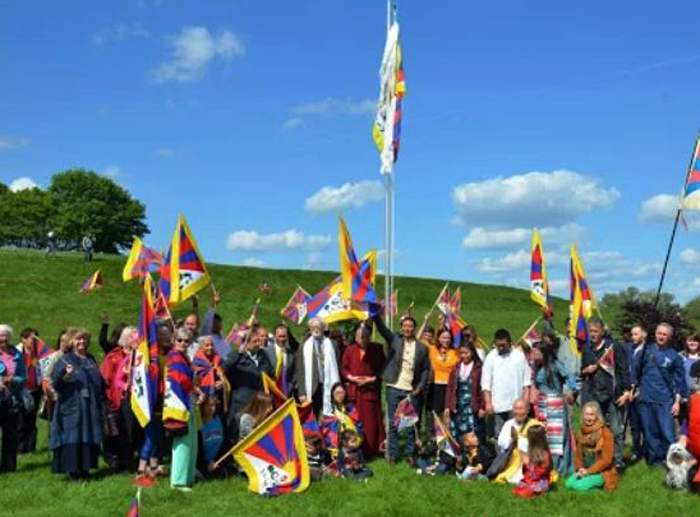 British town mayor raises Tibetan flag in solidarity gesture